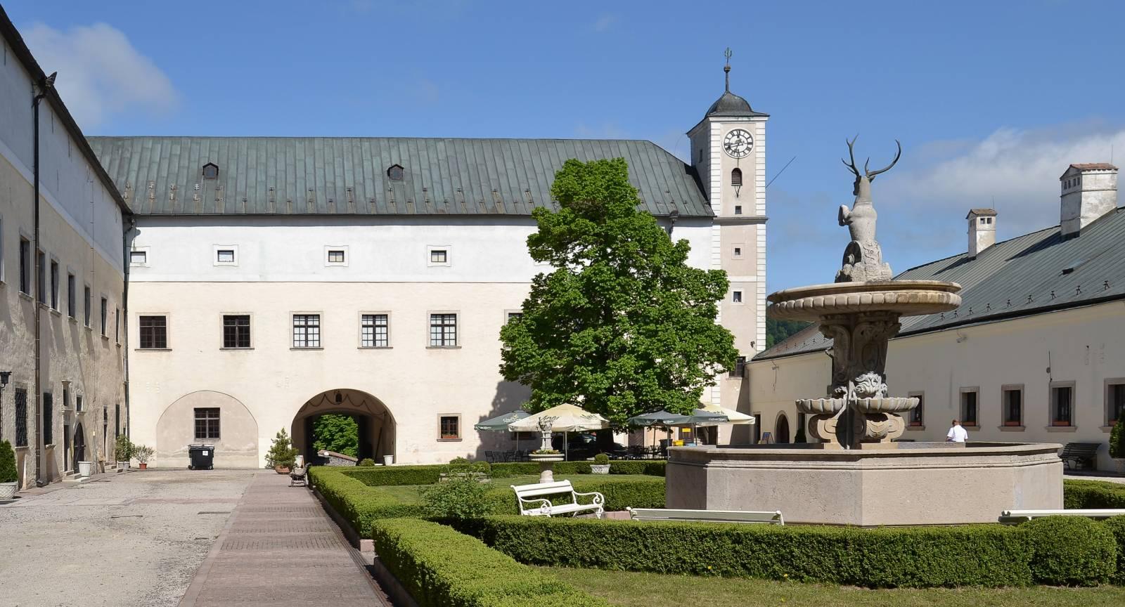 Červený_Kameň_(Bibersburg,_Vöröskő)_-_courtyard-1